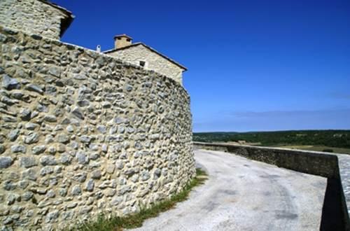 Château de Lussan - Remparts ©