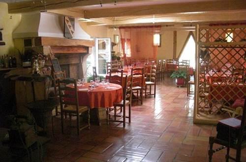 Les Trois Perdrix - VEZENOBRES - salle de restaurant ©