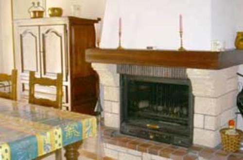 meuble-Saint-Quentin-la-Poterie1 cheminée © BRES Max