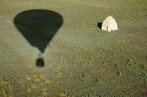 Les Montgolfières du Sud vol au dessus d'une capitelle © Les Montgolfières du Sud - Jean Donnet