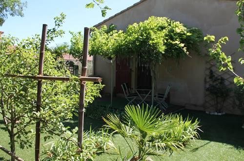 Jardin arboré de 80 m2 avec gazon artificiel pour le confort des petits et des grands ©