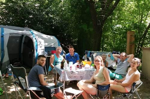 Campeurs au Camping les Sources ©