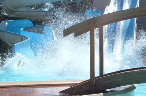 Piscine ludique et toboggans aquatiques ©