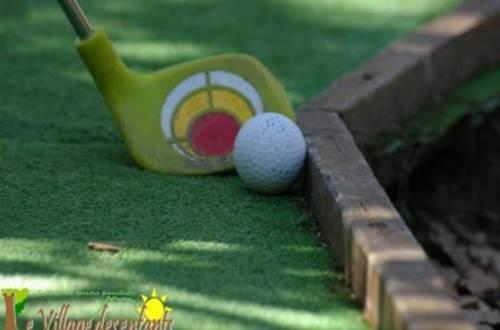 village des enfants à MONTAGNAC mini-golf ©