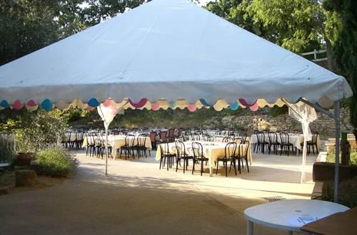 DOMAINE DE SAINT PANCRACE Terrasse préparée pour une soirée de fête ©