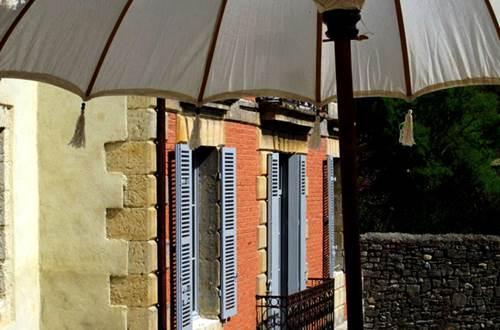 LA MAISON ROUGE D'UZES - façade classée en briques rouge © LA MAISON ROUGE D'UZES