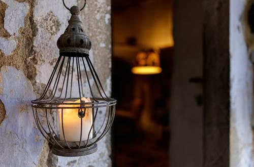 la vieille maison Durfort chandelles a` la porte d'entree ©